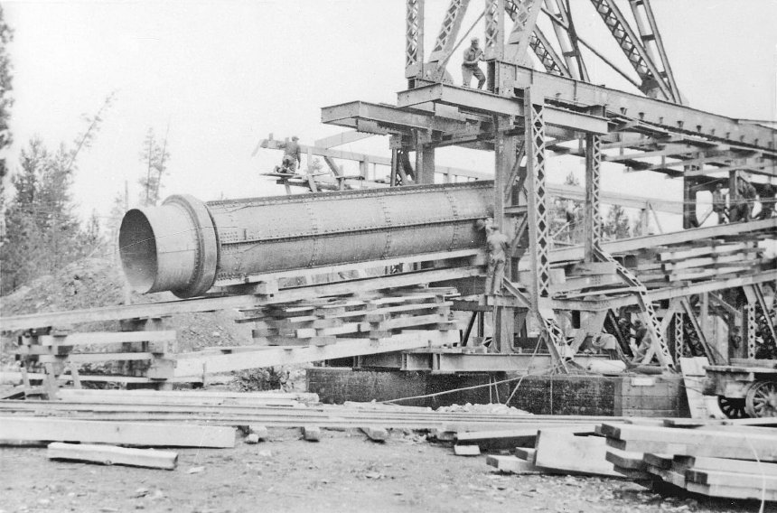 Sumpter gold dredge No. 3 under construction